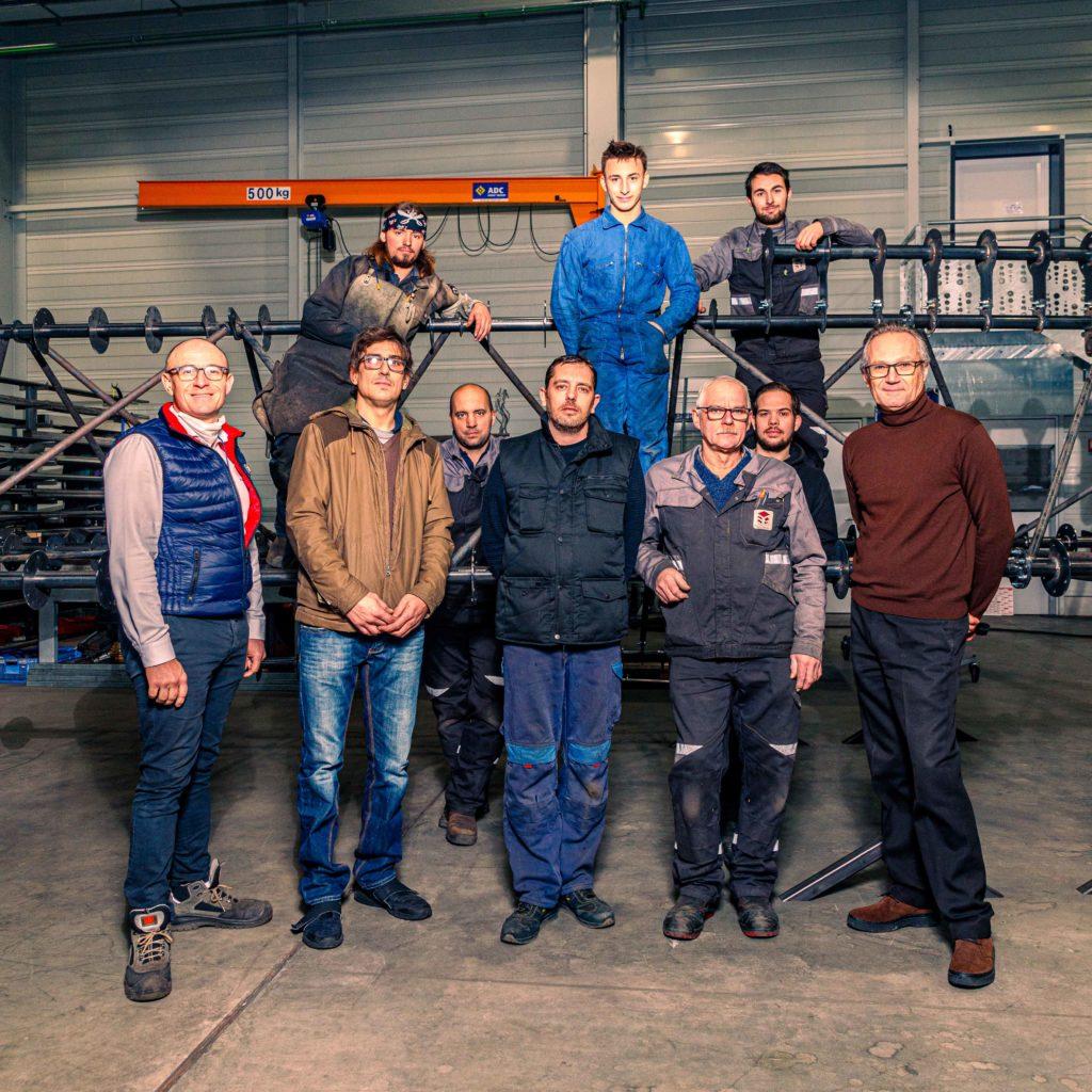 Olivier BARET (à droite), David GUIHEUX (à gauche), directeur général de 3G Industrie, filiale de la SFCMM, et l'équipe de 3G Industrie autour du « nuage » qui sera intégré au nouveau Conservatoire de Rennes © Benjamin Lachenal